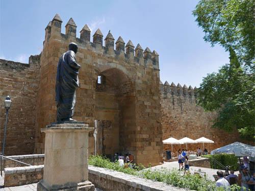 アルモドバル門とセネカ像