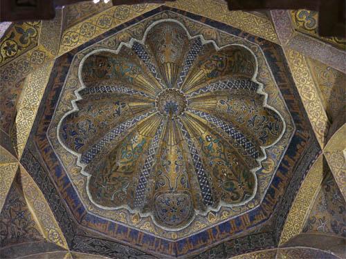 ミフラーブ前の天井