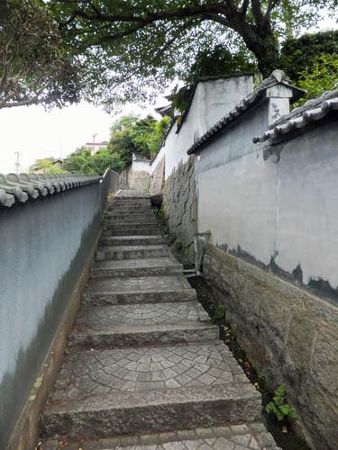 白塀が続く坂道