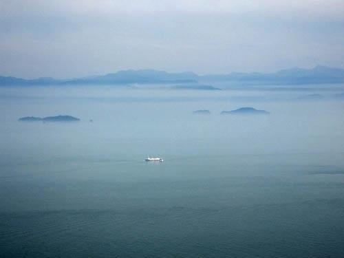 墨絵のような瀬戸内の島々