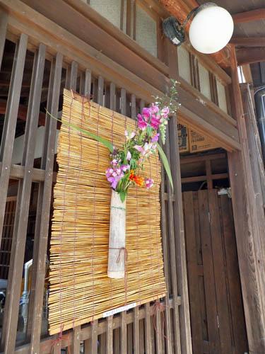 玄関先の花飾り