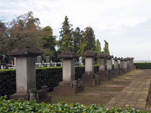 岡部藩主安部氏の墓