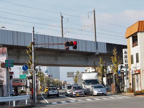 上越新幹線をくぐる