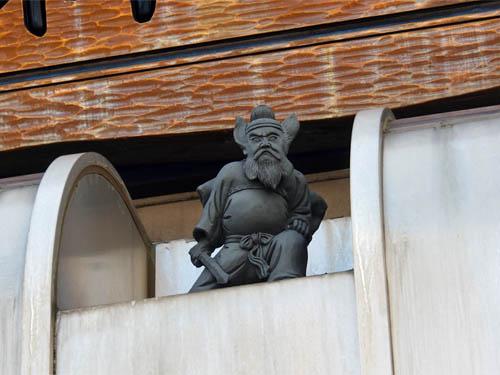 屋根の上の鐘馗様