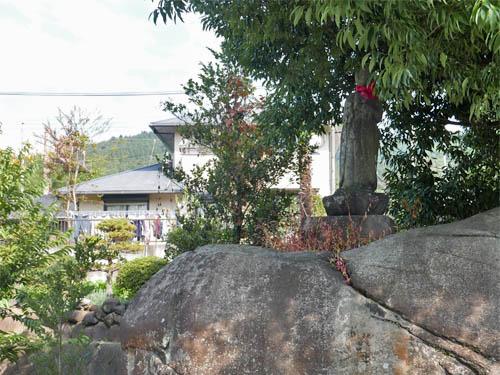 岩の上の石仏