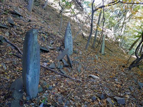山道沿いの石碑