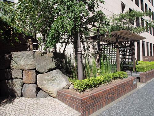 発掘された外堀石垣