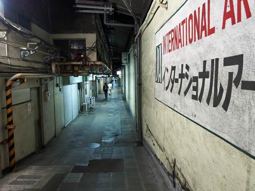 JR高架下の怪しげな通路