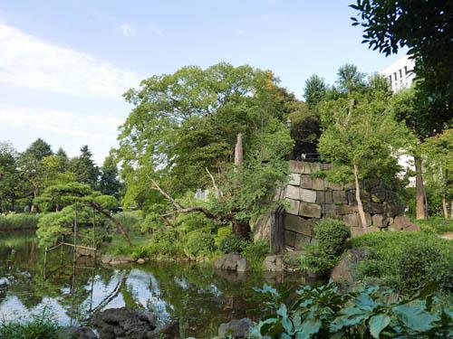 心字池と石垣