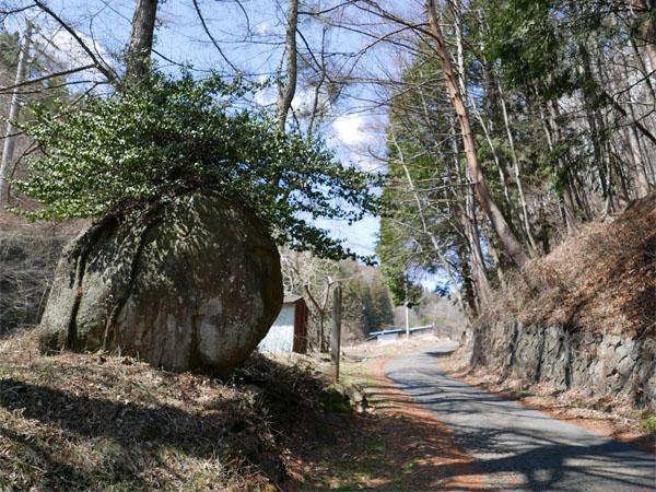 塩尻峠の大石