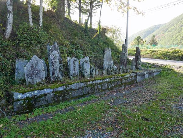 原野の石仏群